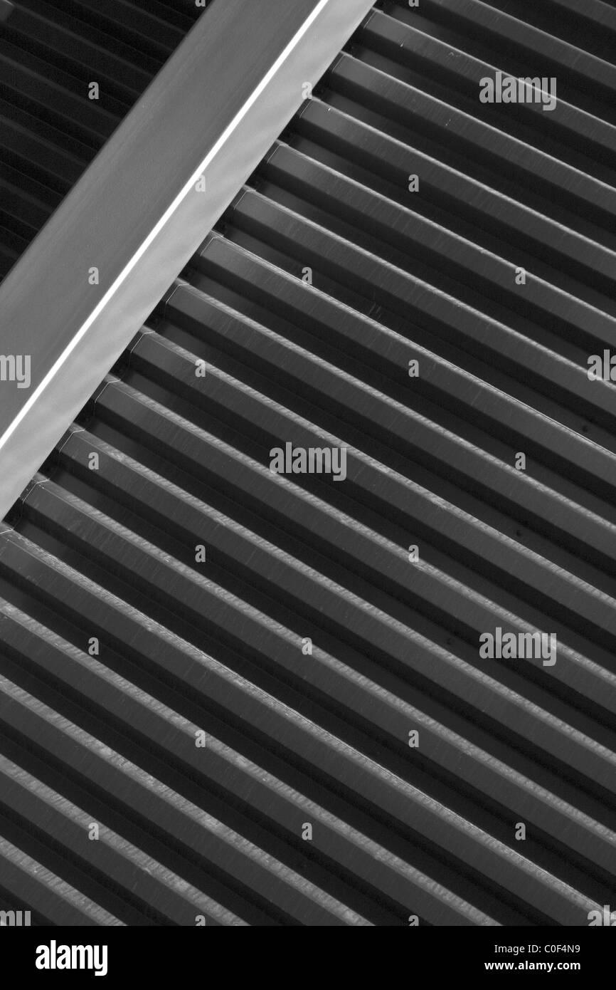 Metallstreifen an der modernen Wand Stockbild