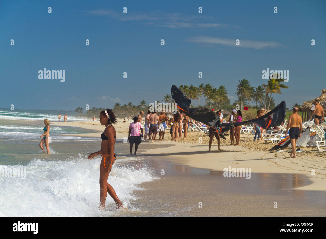 Kitesurfer und Teenager am Playa del Este, Santa Maria Del Mar, in der Nähe von Havanna Kuba Stockbild