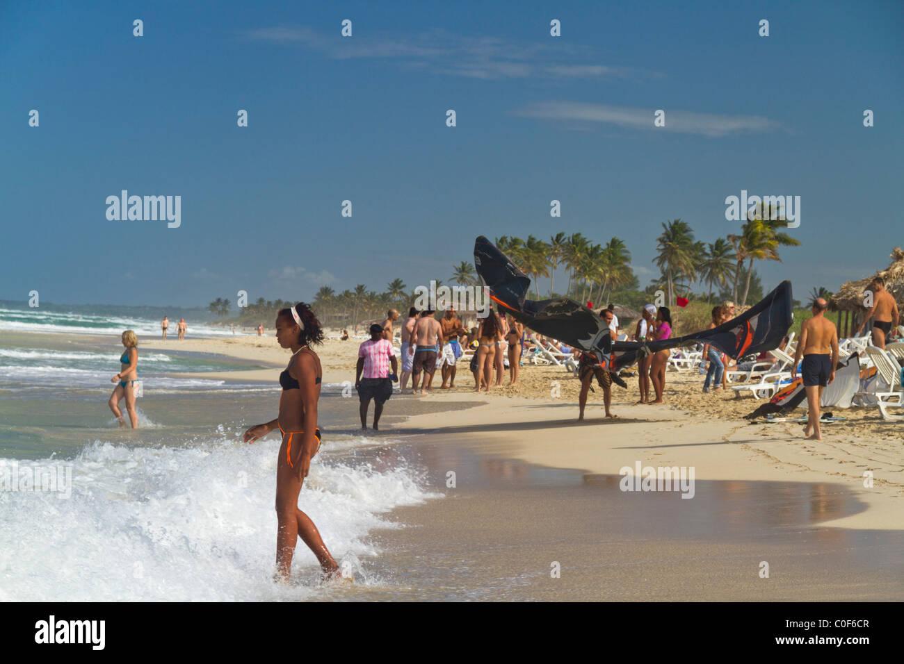 Kitesurfer und Teenager am Playa del Este, Santa Maria Del Mar, in der Nähe von Havanna Kuba Stockfoto