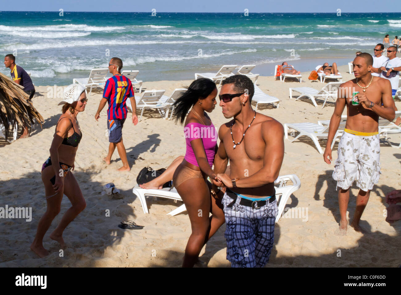 Teenager in Playa del Este, Santa Maria Del Mar, in der Nähe von Havanna Kuba tanzen Stockbild