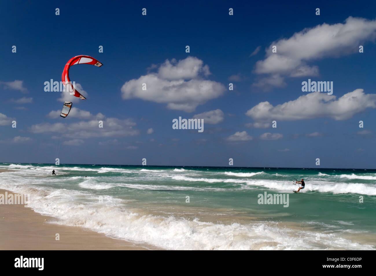 Kitesurfer am Playa del Este in der Nähe von Havanna Kuba Stockbild