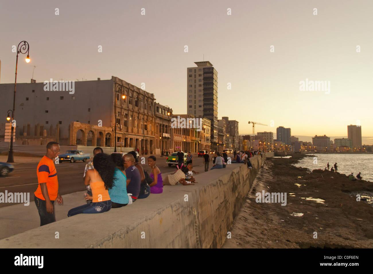 Malecon Promenade bei Sonnenuntergang, Havanna Vieja, Kuba Stockfoto