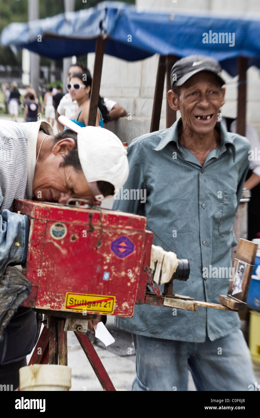 Lokalen Fotografen mit 100 Jahre alten hölzernen Kamera, Havanna, Kuba Stockbild