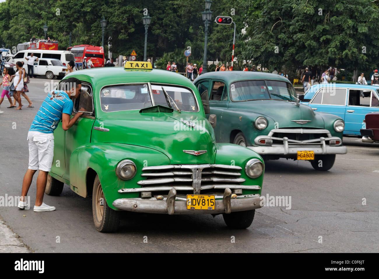 Oldtimer-Taxi in Havanna Zentrum am Paseo de Marti in der Nähe von Capitol, Kuba Stockbild