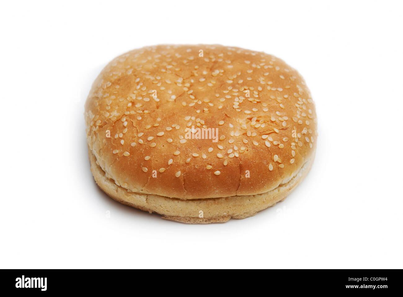 Hamburgerbrötchen mit Sesam auf weißem Hintergrund Stockbild