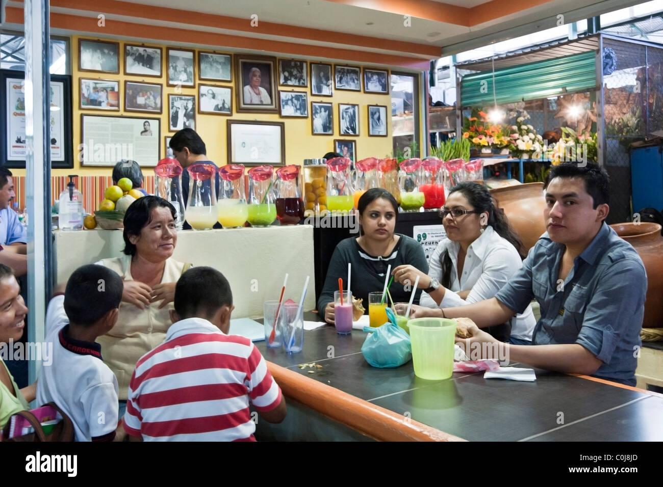 Familiengruppe an einem Tisch im alten Restaurant Benito Juarez Markt Oaxaca-Stadt Mexiko Stockbild