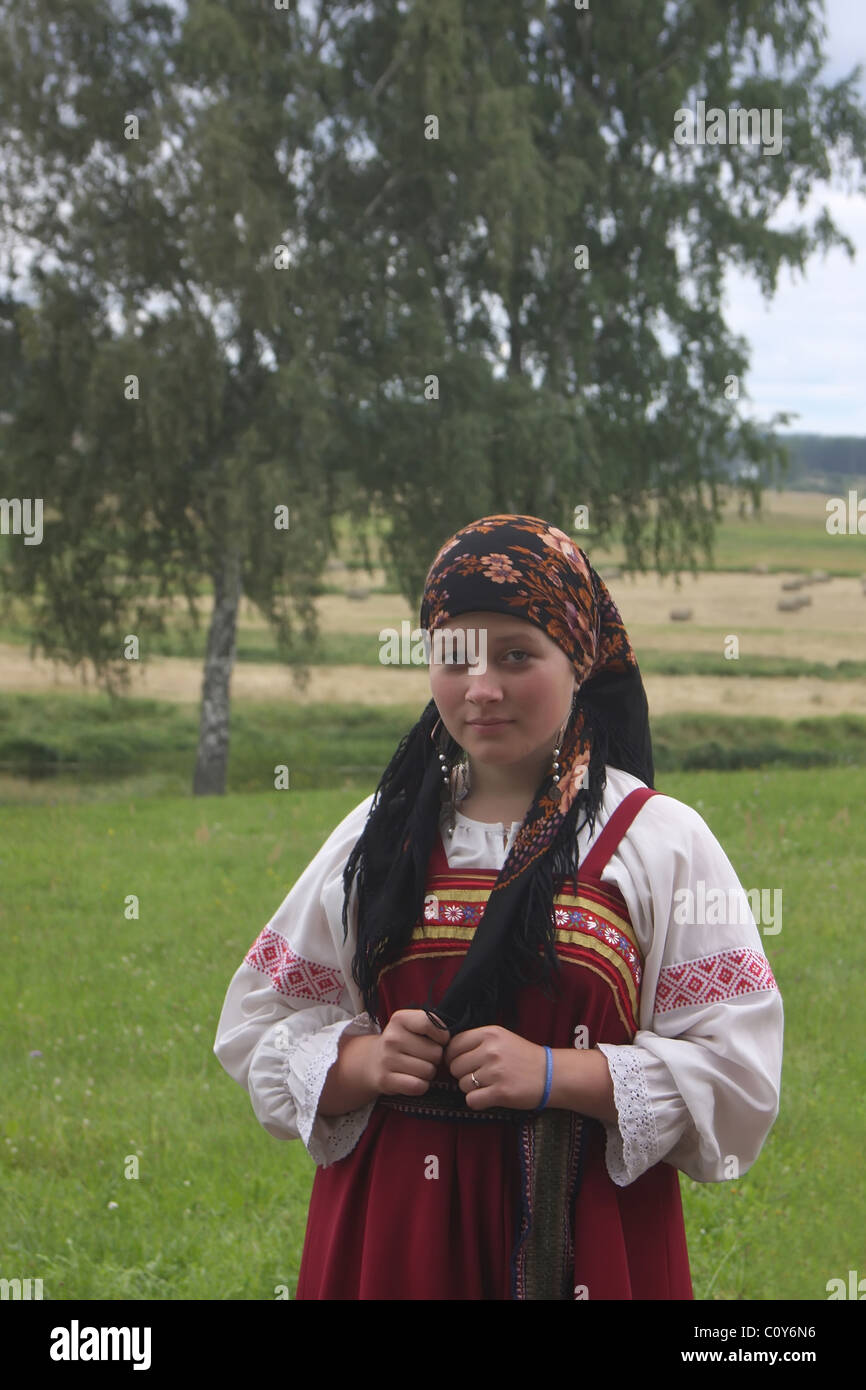 Ein Madchen In Einem Russischen Folk Kleid An Folklore Festival In