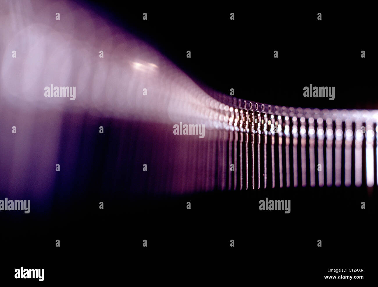 Zeichenfolge der Mikro-Pins verwendet, um Verbindungen auf Computerplatinen Stockbild