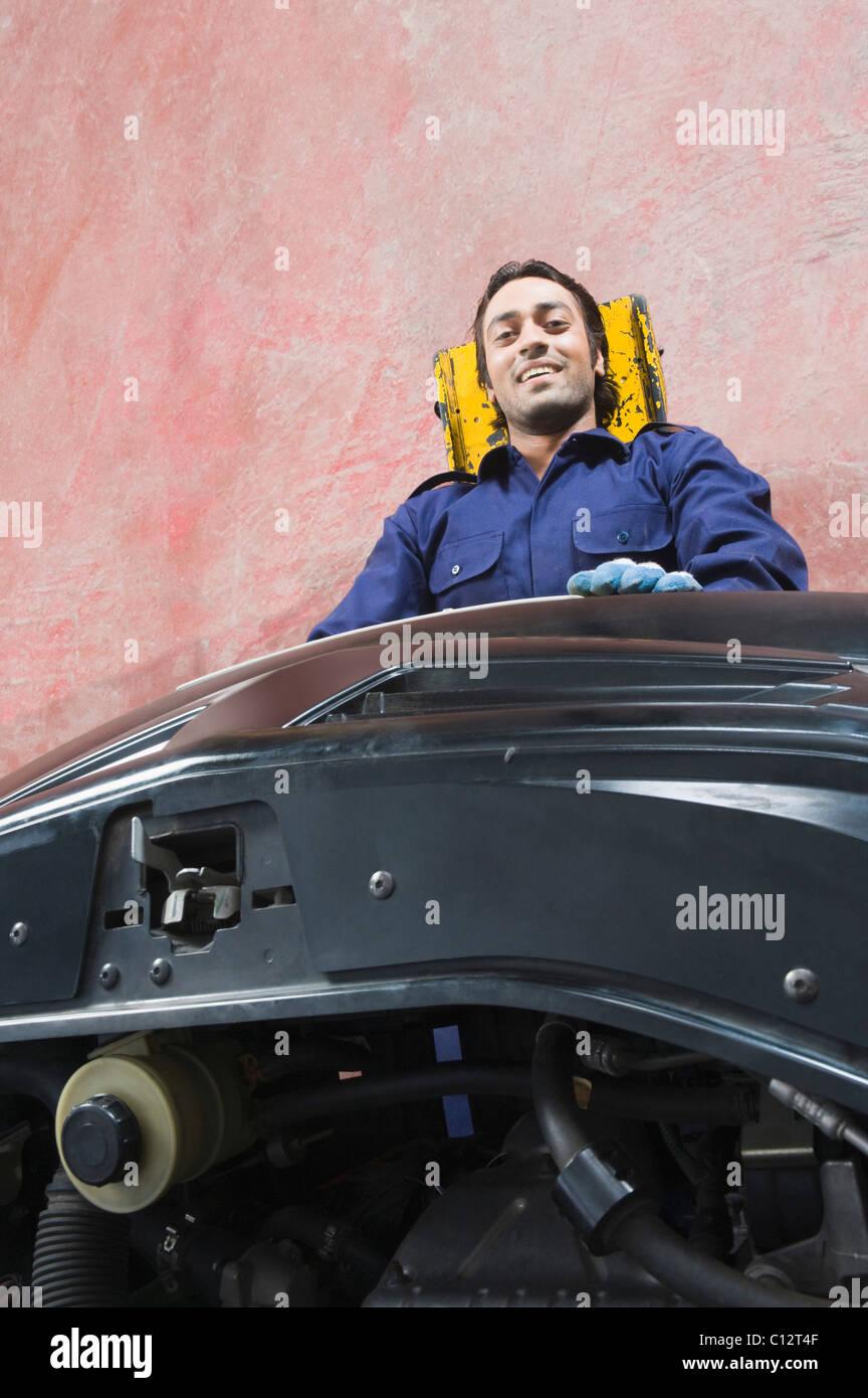 Porträt von Kfz-Mechaniker repariert ein Auto in einer garage Stockbild