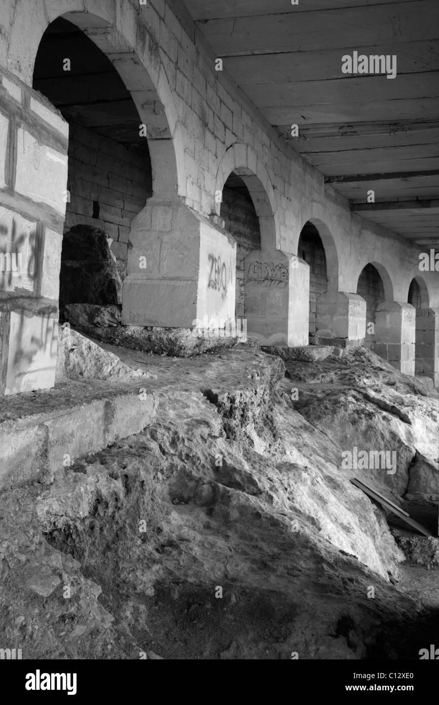 Schattenhafte Mauerwerk Bögen. Stockbild