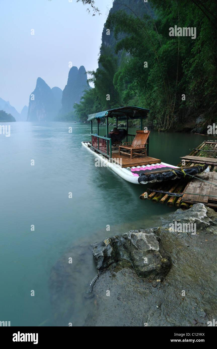 Touristenboot auf Li-Fluss in der Nähe von Yangshuo in Guilin Region von China Stockbild
