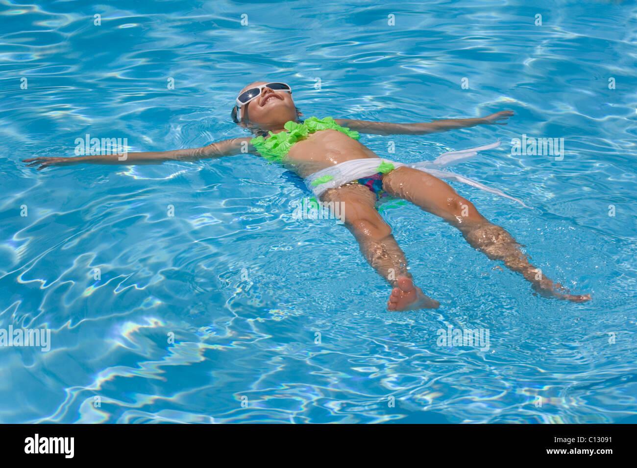 junges Mädchen im Pool schwimmend Stockbild