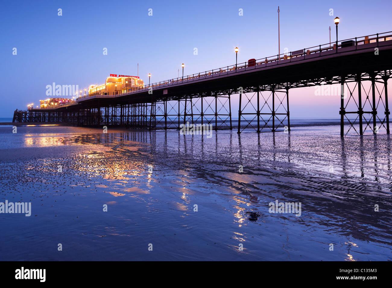Worthing Pier bei Einbruch der Dunkelheit beleuchtet Stockbild