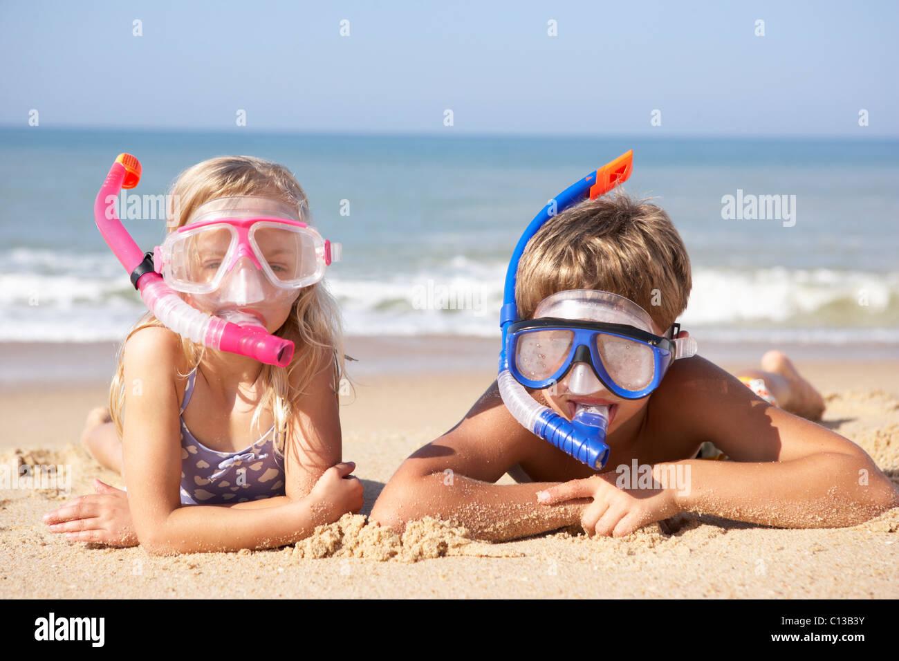 Kleinen Kindern auf Urlaub am Meer Stockbild