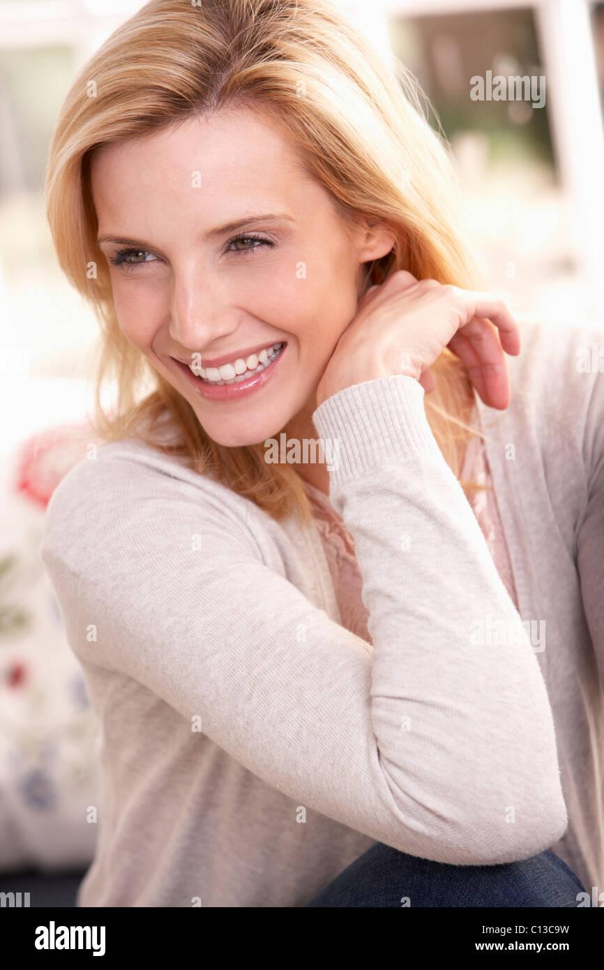 Frau posiert im studio Stockbild