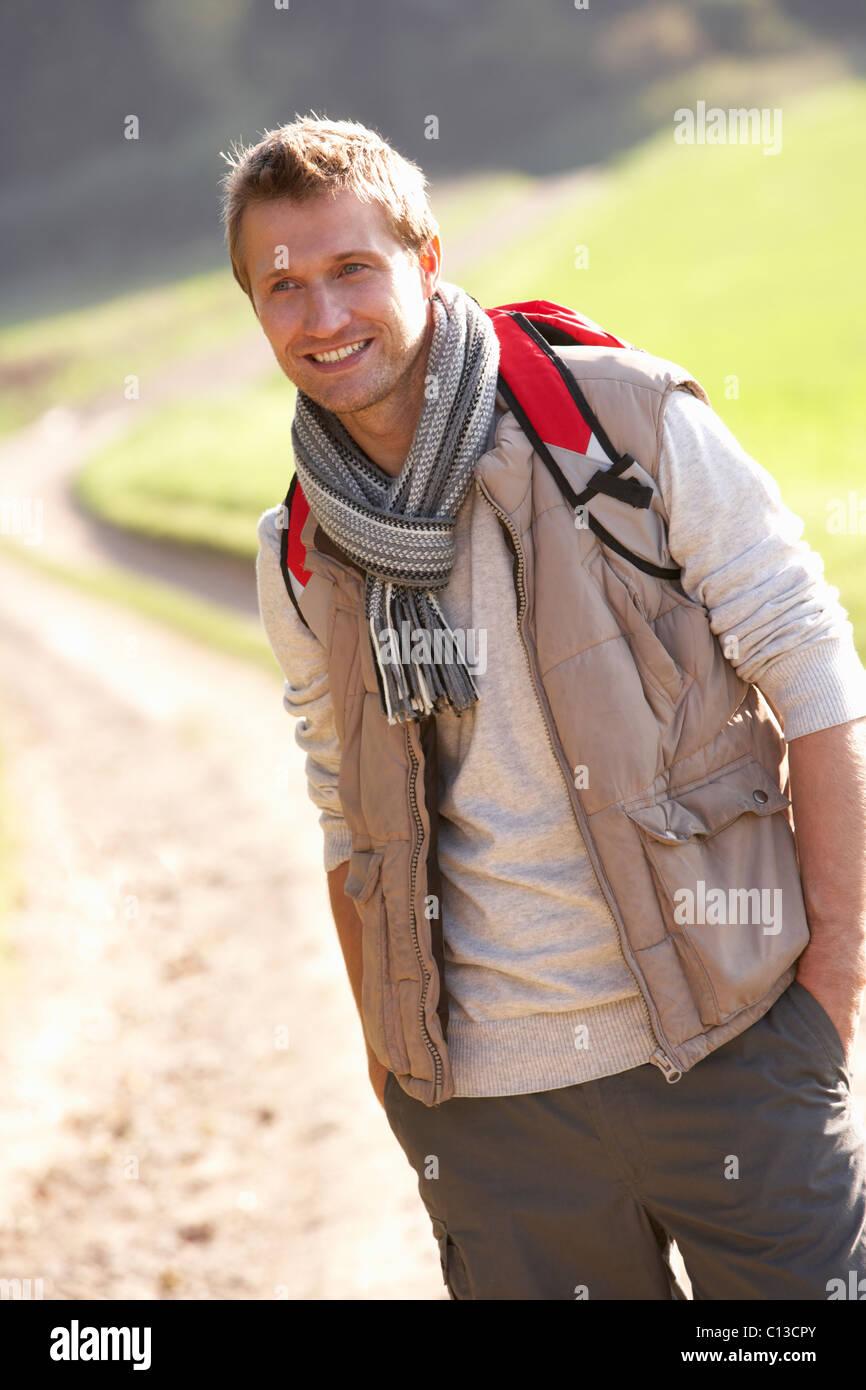 Junger Mann posiert im park Stockbild