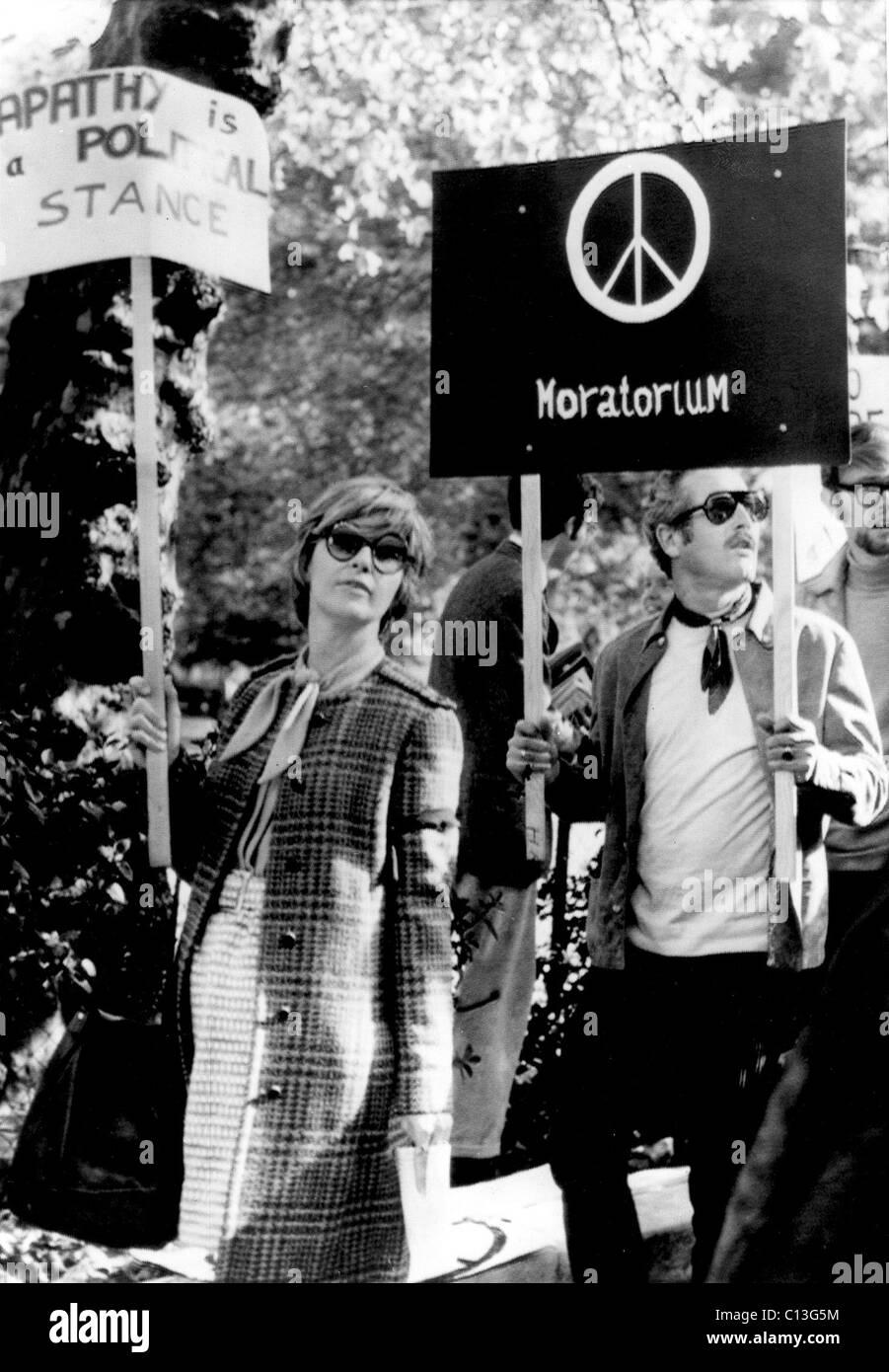 JOANNE WOODWARD und PAUL NEWMAN protestieren den Vietnam-Krieg, 1969 Stockbild