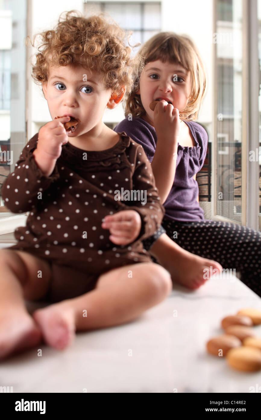 Schwestern esse Kekse Stockbild