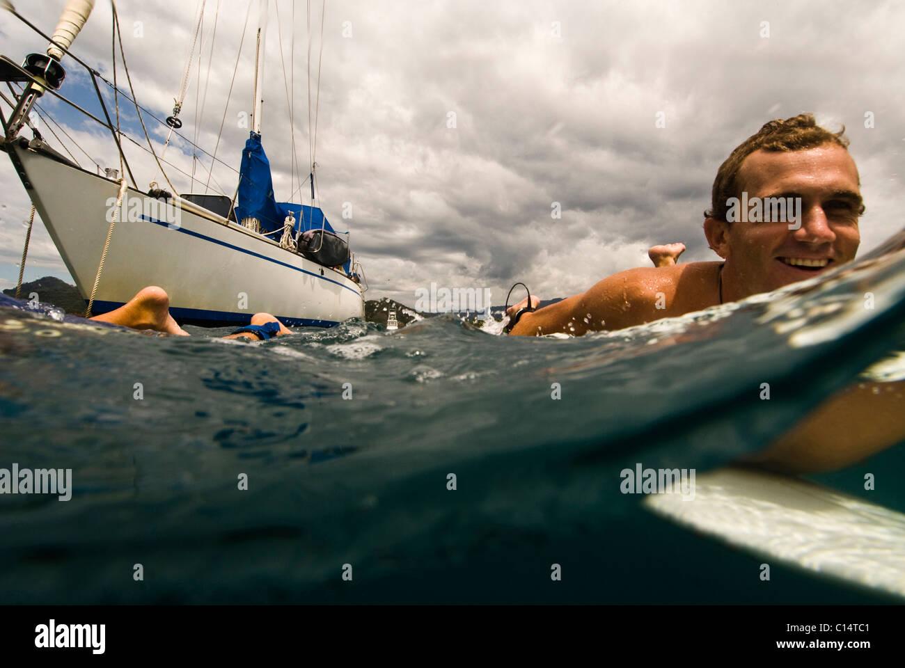 Ein junger Mann zum Surfen in Costa Rica unterwegs Stockbild