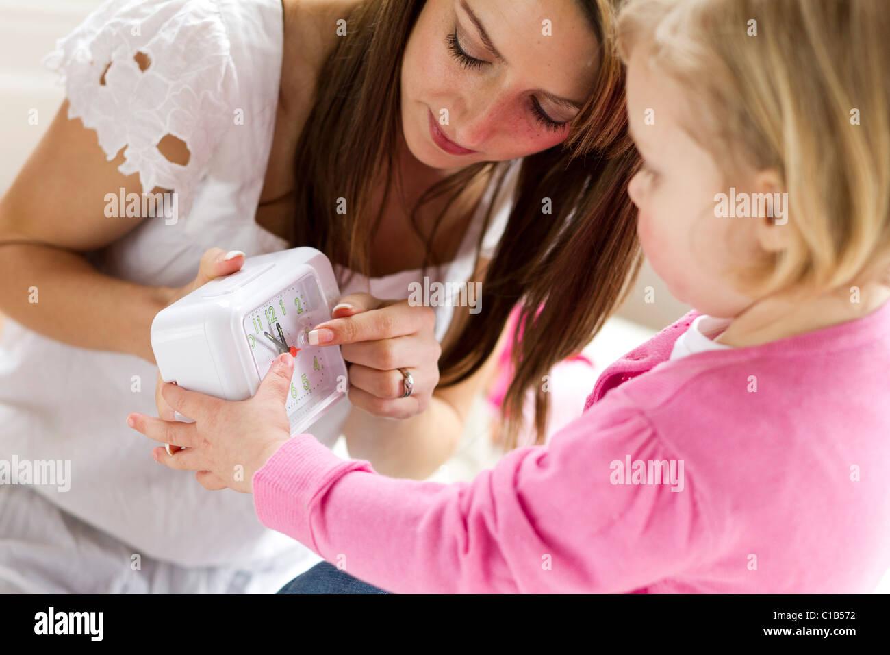 Mutter und Kind mit Uhr Stockbild