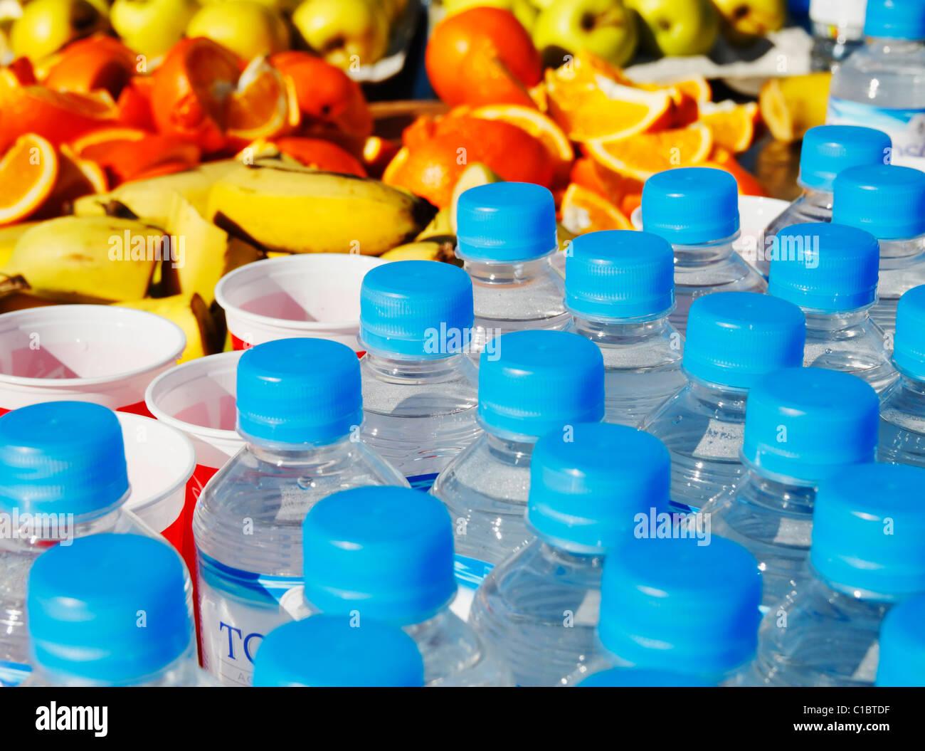 Flaschen Wasser und Obst beim Stadtmarathon feed Bahnhof Stockbild