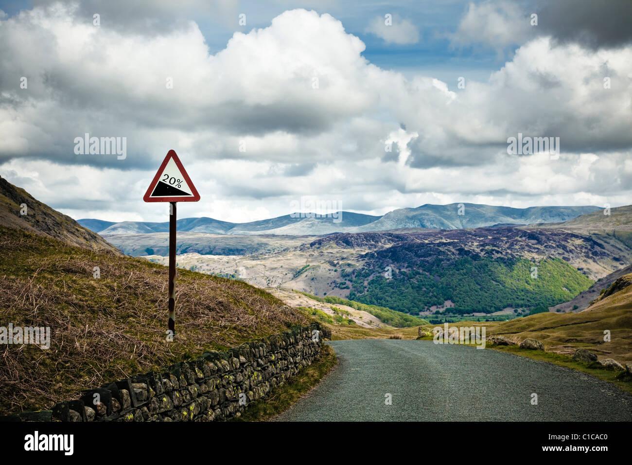 Gradient Schild auf einem ländlichen Mountain Road Hill at Honister Pass im Borrowdale im Lake District, England Stockbild
