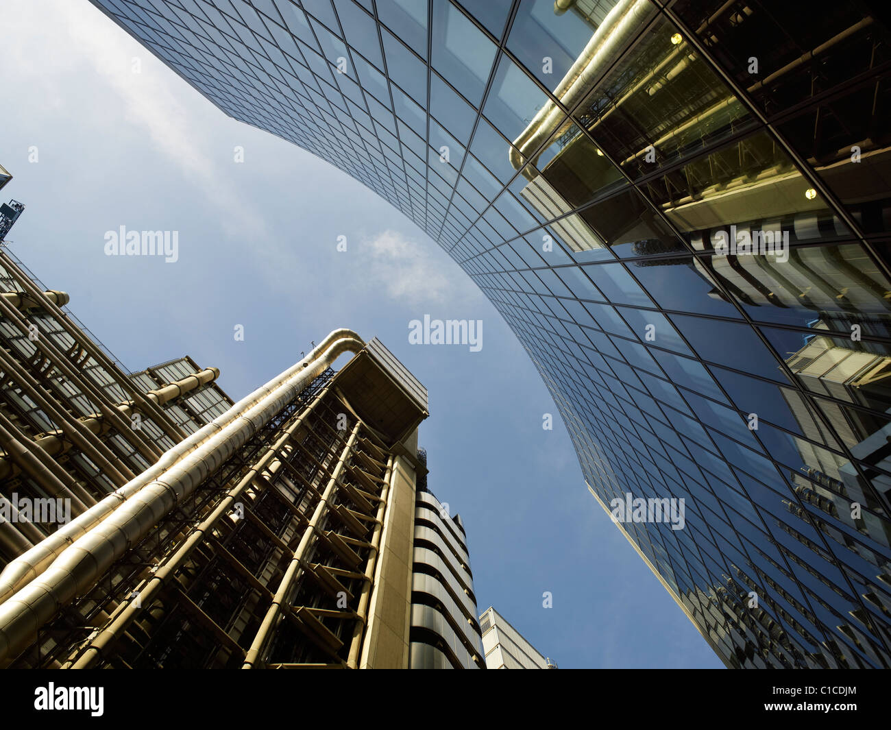 Lloyd's Of London Gebäude, Richard Rogers 1986, reflektiert aus gebogenem Glas von Fosters 2008 28 Etagen Stockbild