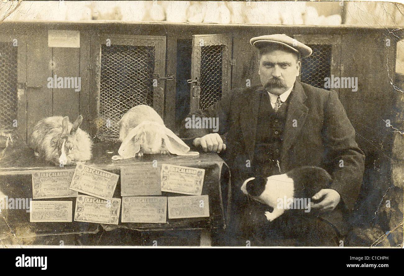 Inhaber mit seiner preisgekrönten Kaninchen Stockbild
