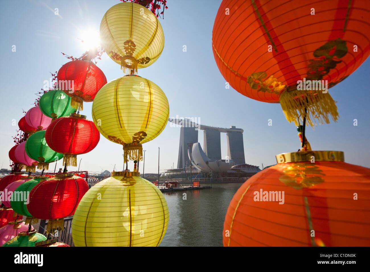 Das Marina Bay Sands Singapur betrachtet durch Chinese New Year Dekorationen.  Marina Bay, Singapur Stockfoto