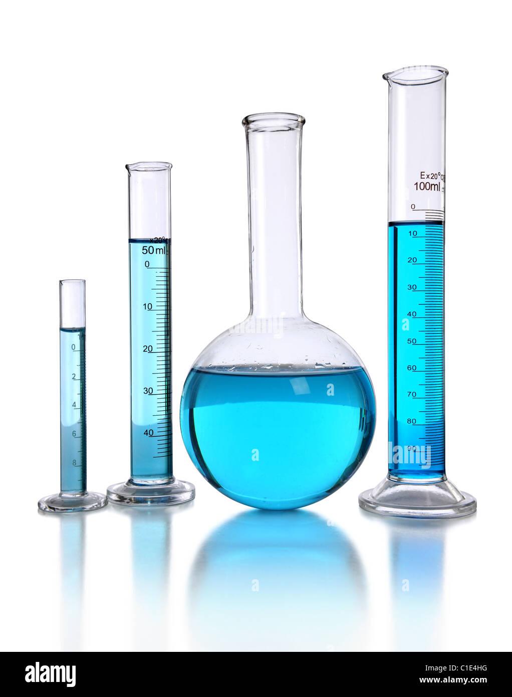 Laborglas mit blauer Flüssigkeit isoliert auf weißem Hintergrund Stockbild