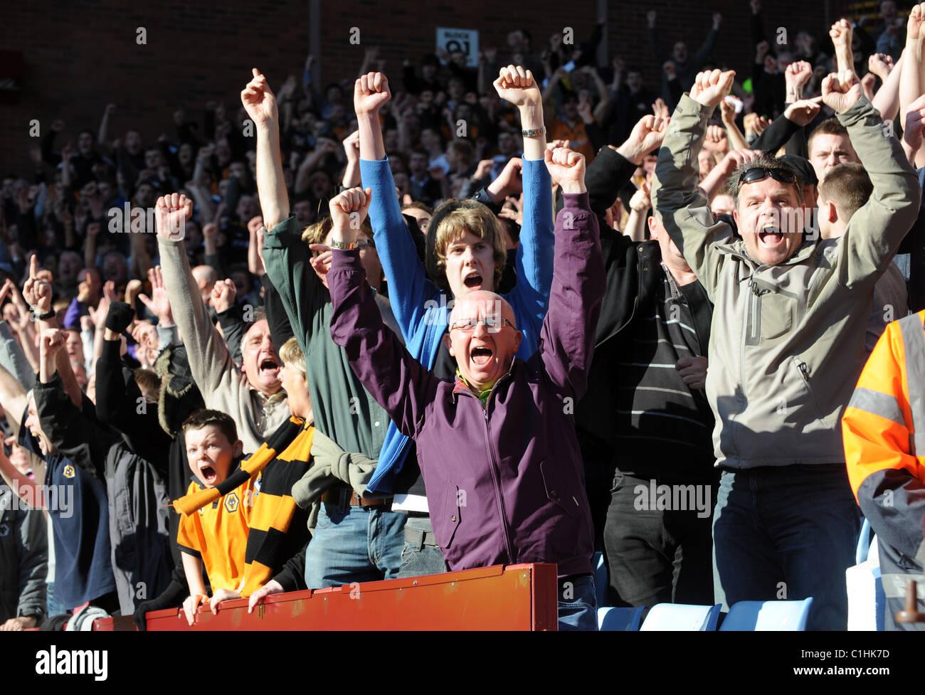 Fußball-Fans feiern ein Ziel Stockbild
