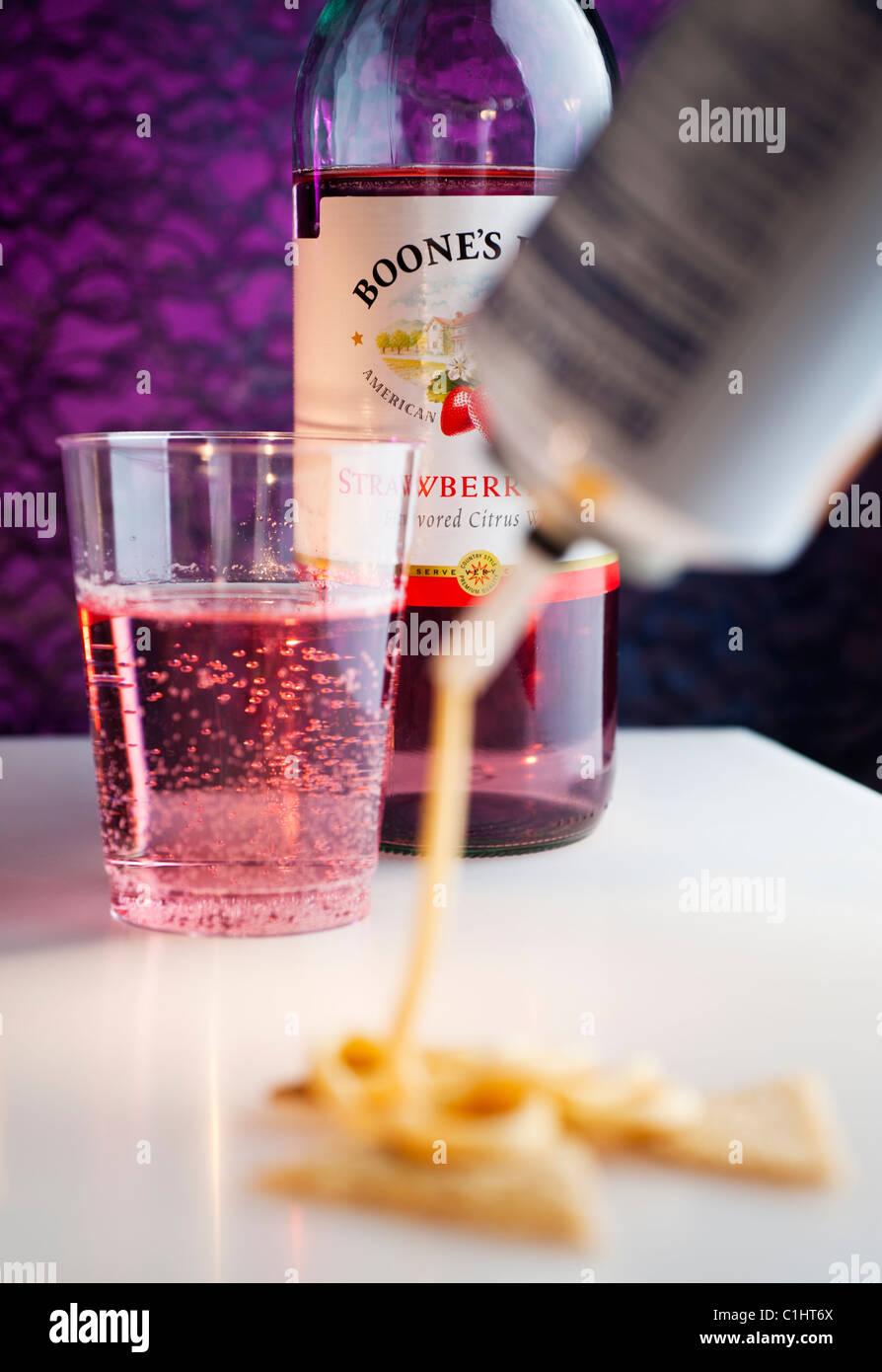 Billigen Wein und aus der Dose Spray Käse. Stockbild