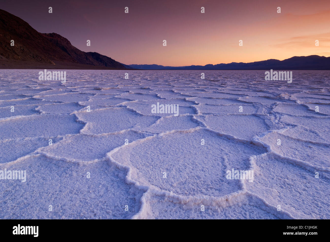 Salzpfanne Polygone bei Sonnenuntergang badwater Basin Death Valley National Park, Kalifornien, USA Stockbild