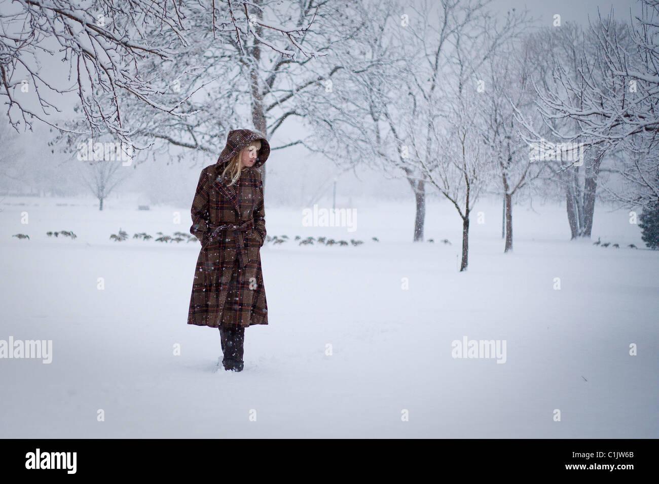 Frau im Schneesturm Stockbild