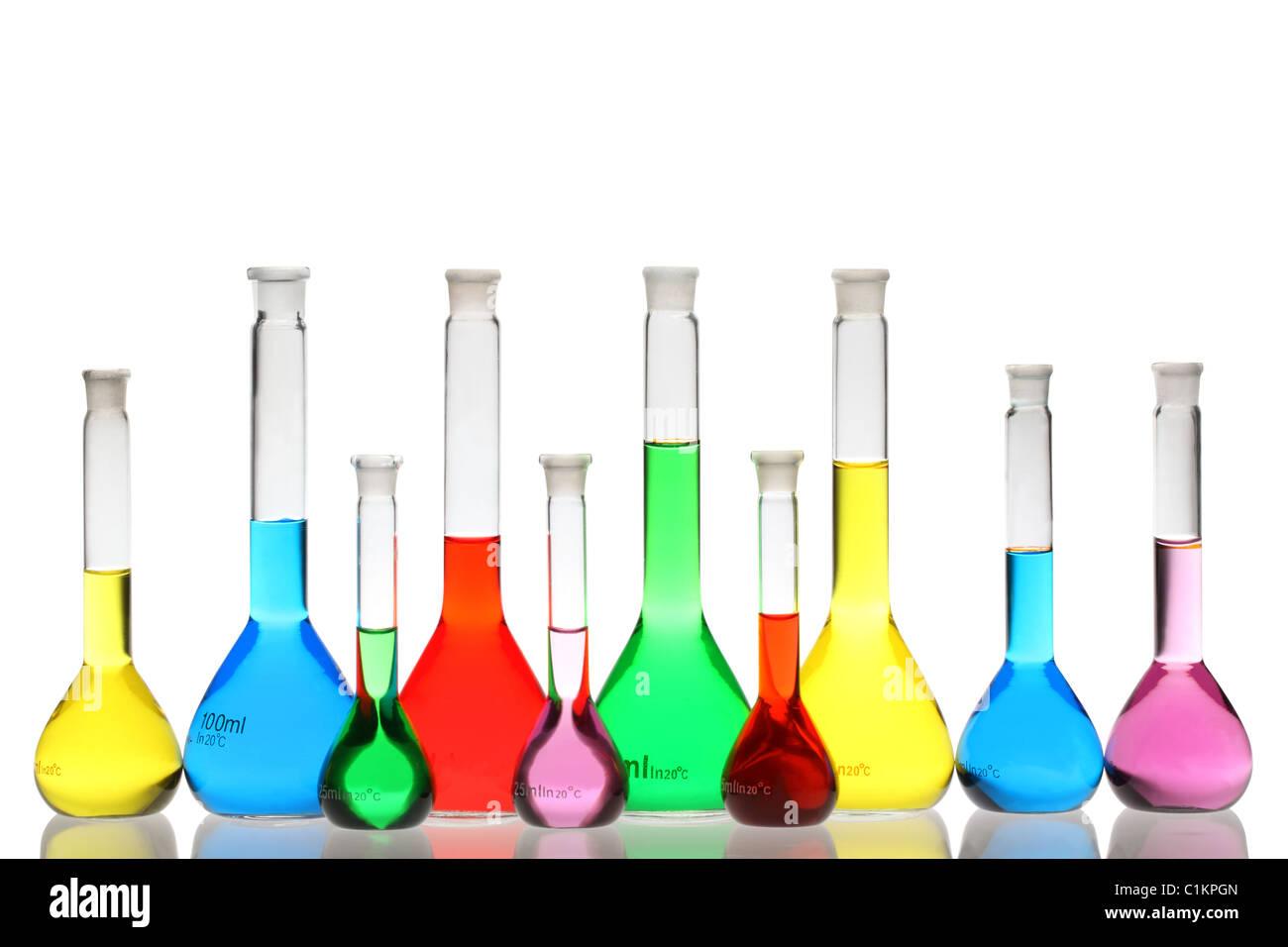 Laborglas mit Flüssigkeiten in verschiedenen Farben, die isoliert auf weißem Hintergrund Stockbild