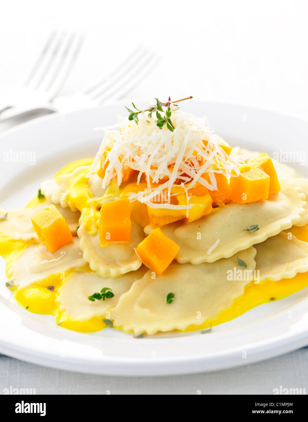 Gourmetdinner Kürbis Ravioli mit Käse auf der Platte serviert Stockbild