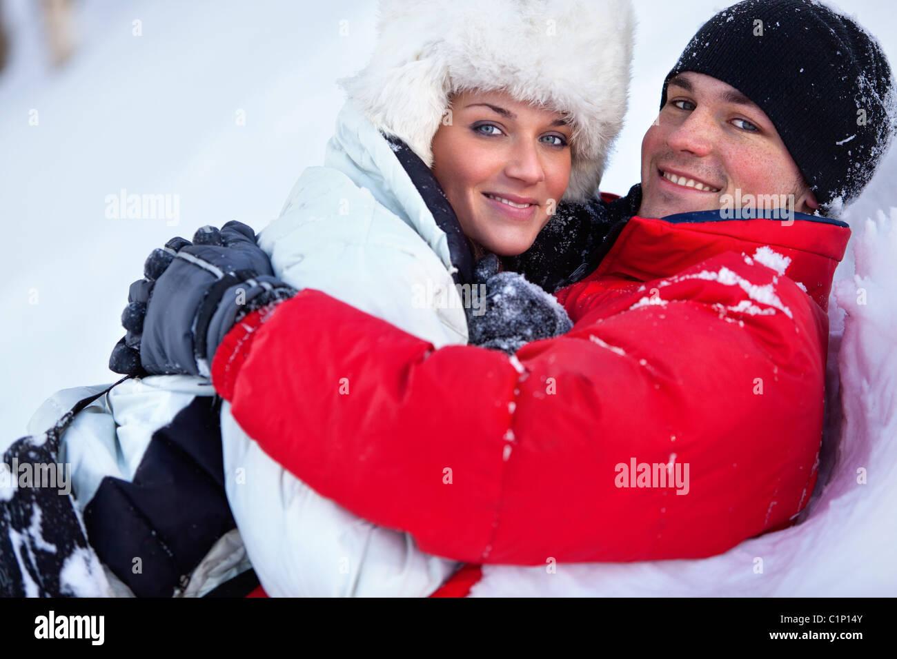 Junges Paar Winter im freien Porträt. Stockbild