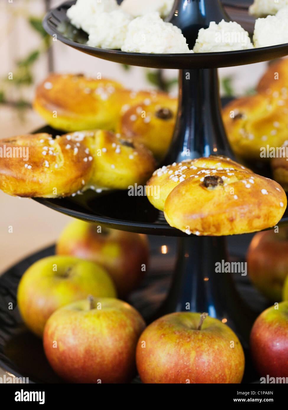 Äpfel und Safran Brötchen auf Cakestand, Nahaufnahme Stockbild
