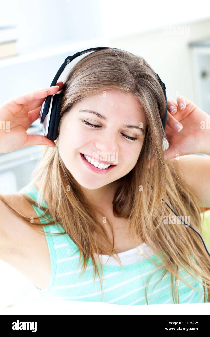 Fröhliche Frau anhören von musik Stockbild