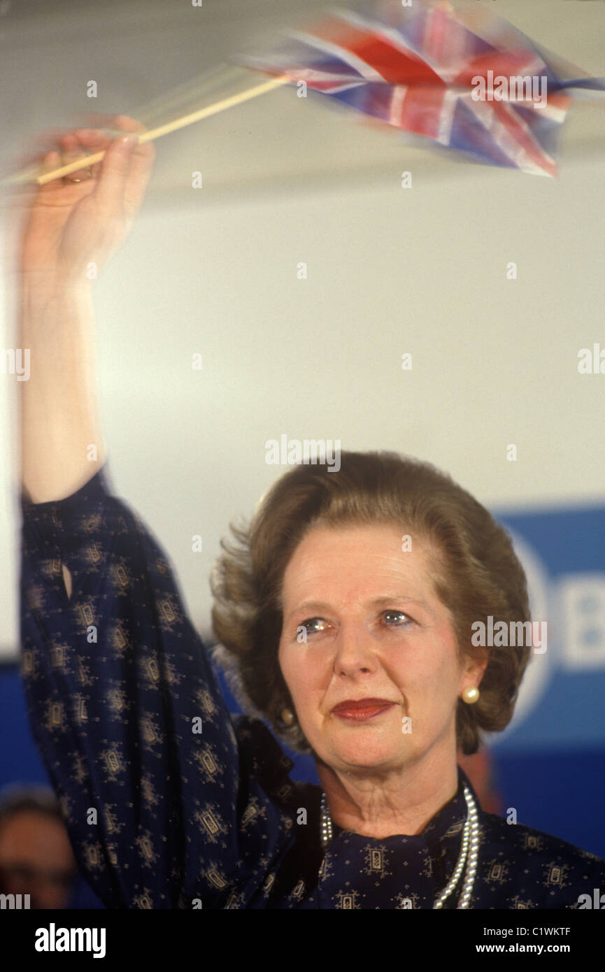 Frau Margaret Thatcher 1983 Wahl winken Union Jack-Flagge mit Tränen in den Augen. Stockbild