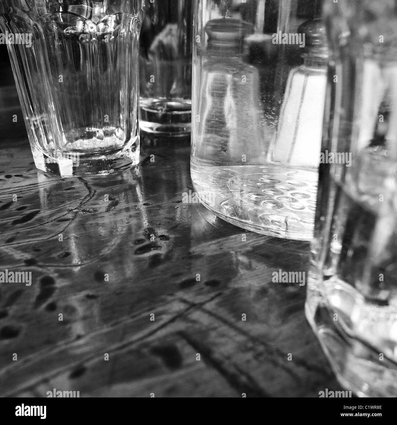 Klare Gläser am Tisch im Restaurant. Stockbild