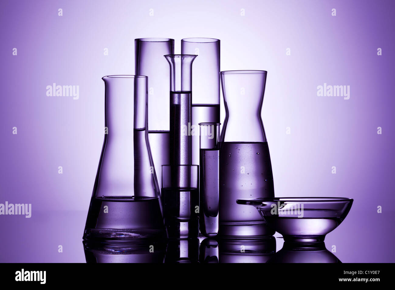 Laborglas, Hintergrundbeleuchtung, lila Licht Stockbild