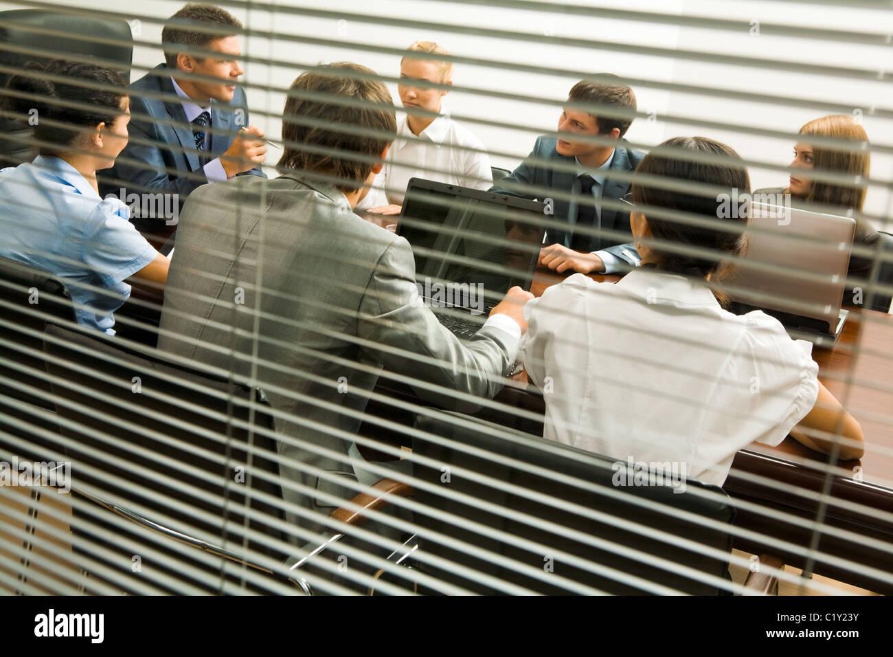 Ansicht von hinten Jalousie Mitarbeiter Interaktion bei Arbeitstreffen Stockbild