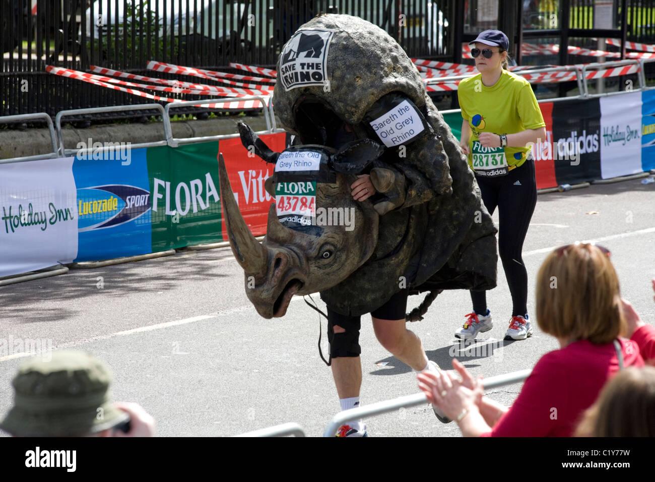 Mann in Rhino Kostüm laufen in den London-marathon Stockbild