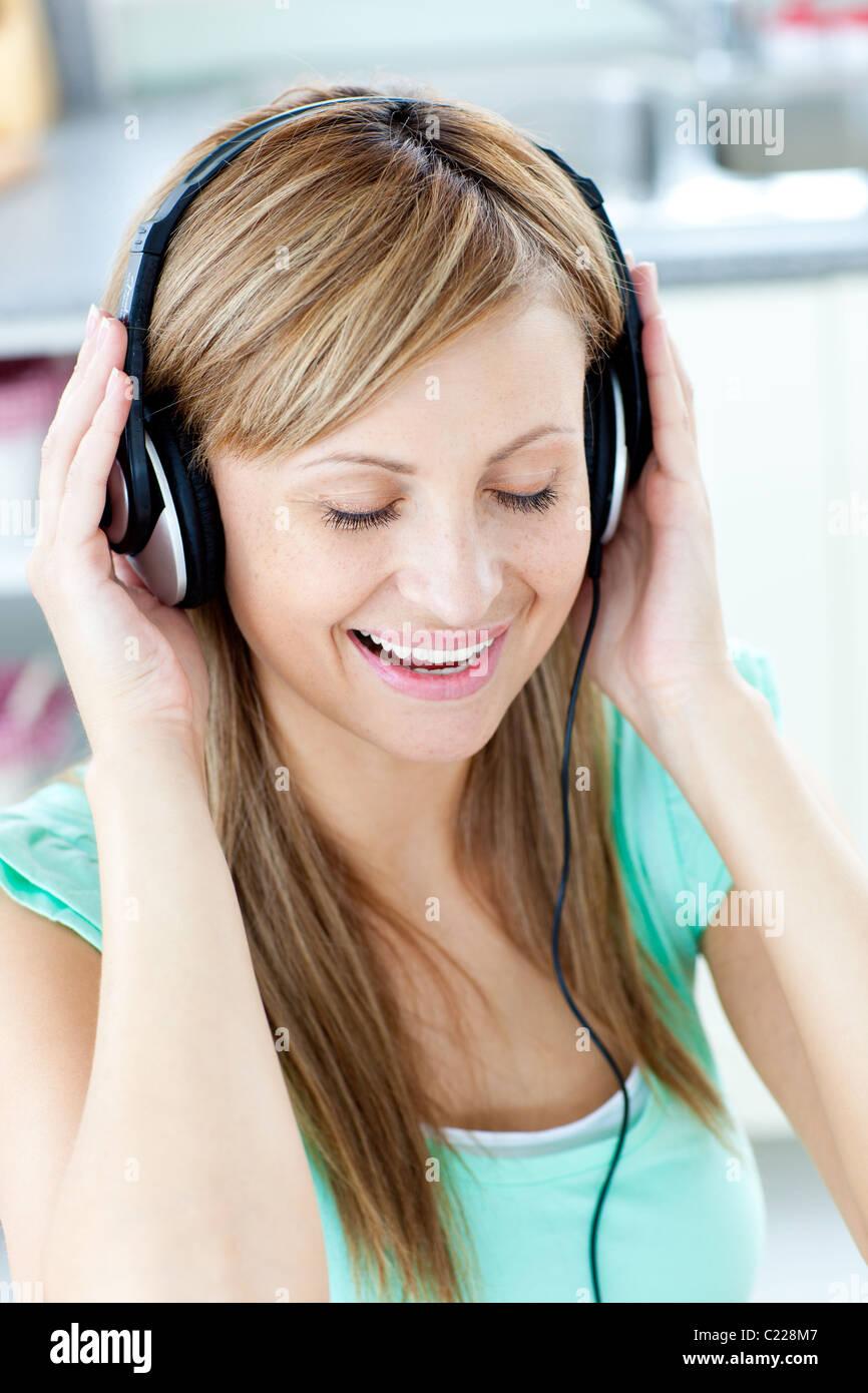 Animierte Frau hören Sie Musik mit Kopfhörern Stockbild
