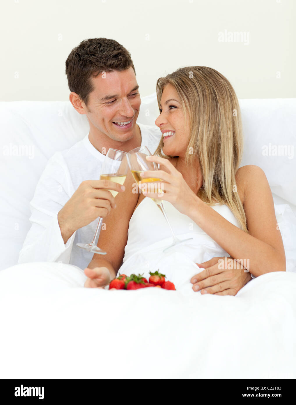 Intime paar trinken Champagner mit Erdbeeren Stockbild