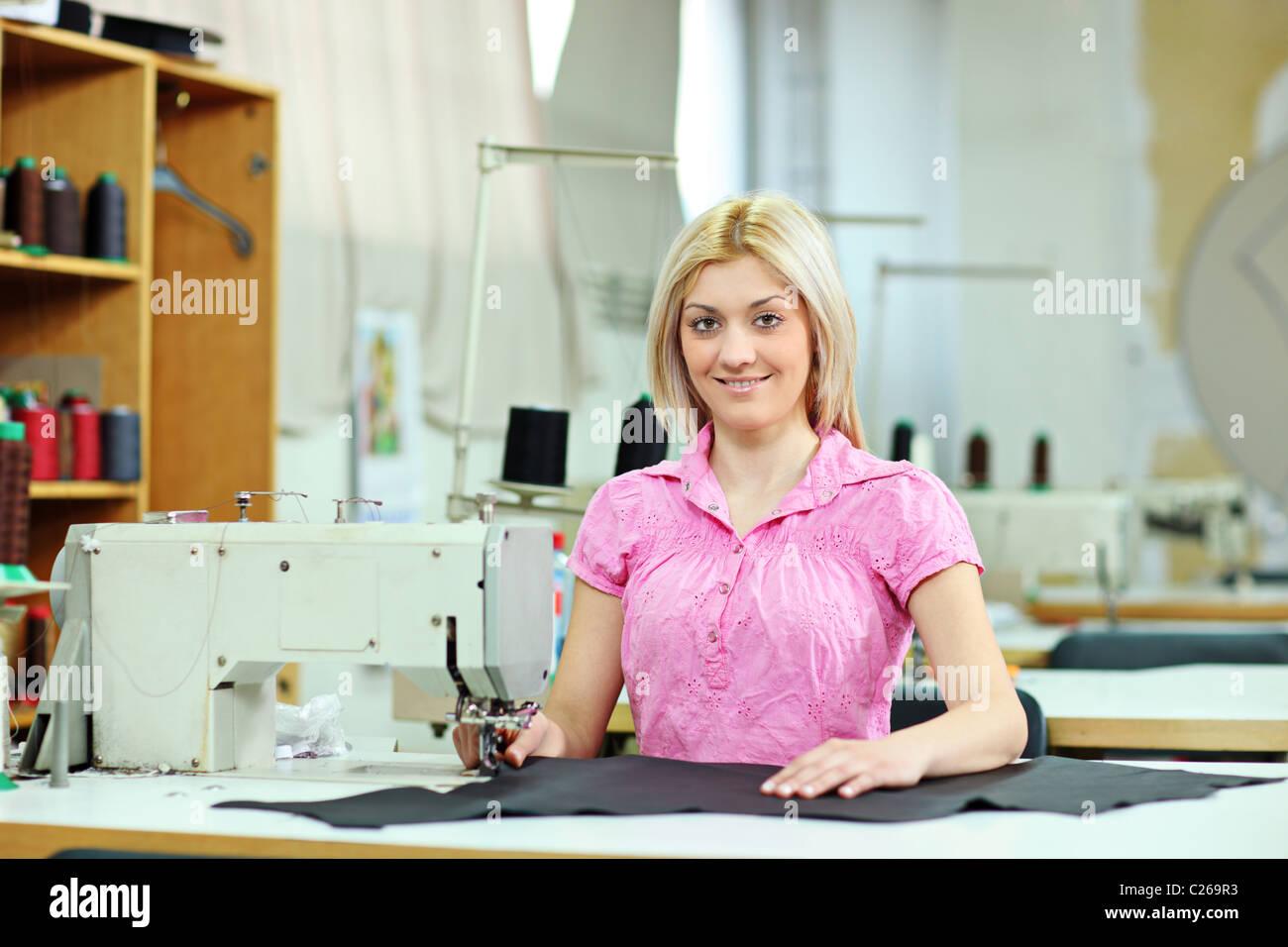 Arbeitnehmerin in einer Textilfabrik Stockbild