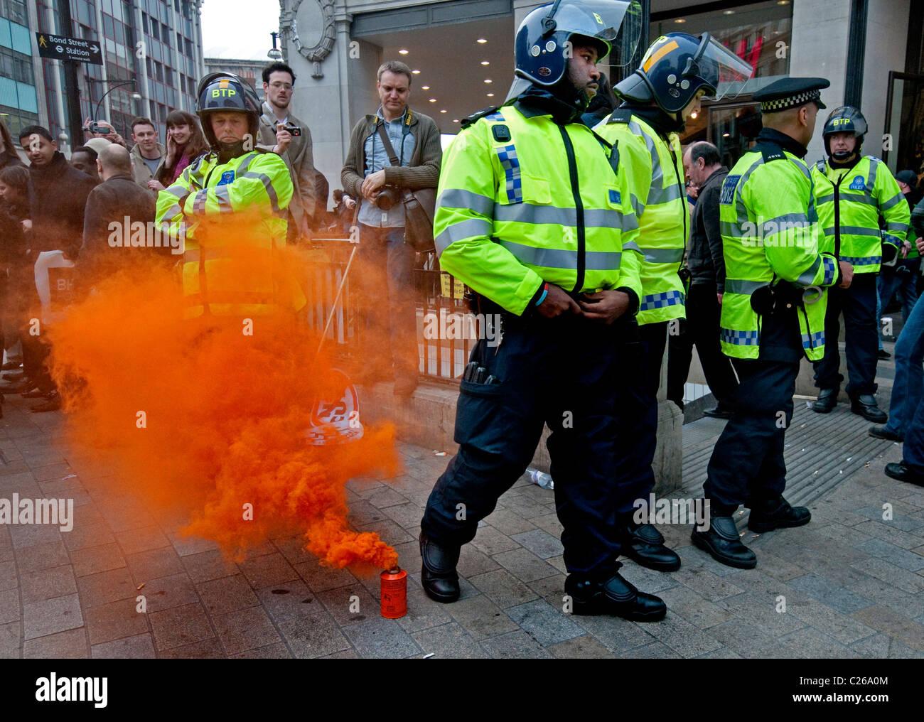 """Konflikt zwischen Polizei und Demonstranten am """"Marsch für die Alternative"""" Protest London 26. März Stockbild"""
