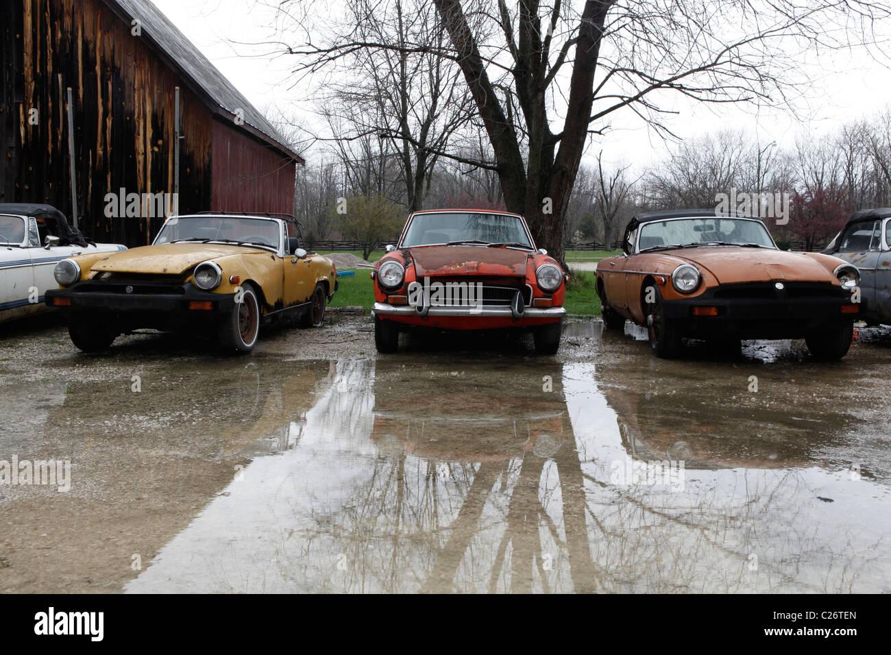 MG britischen Sportwagen sitzt vor der Auktion neben einer Scheune in ländlichen Indiana. Sport Auto Stockbild