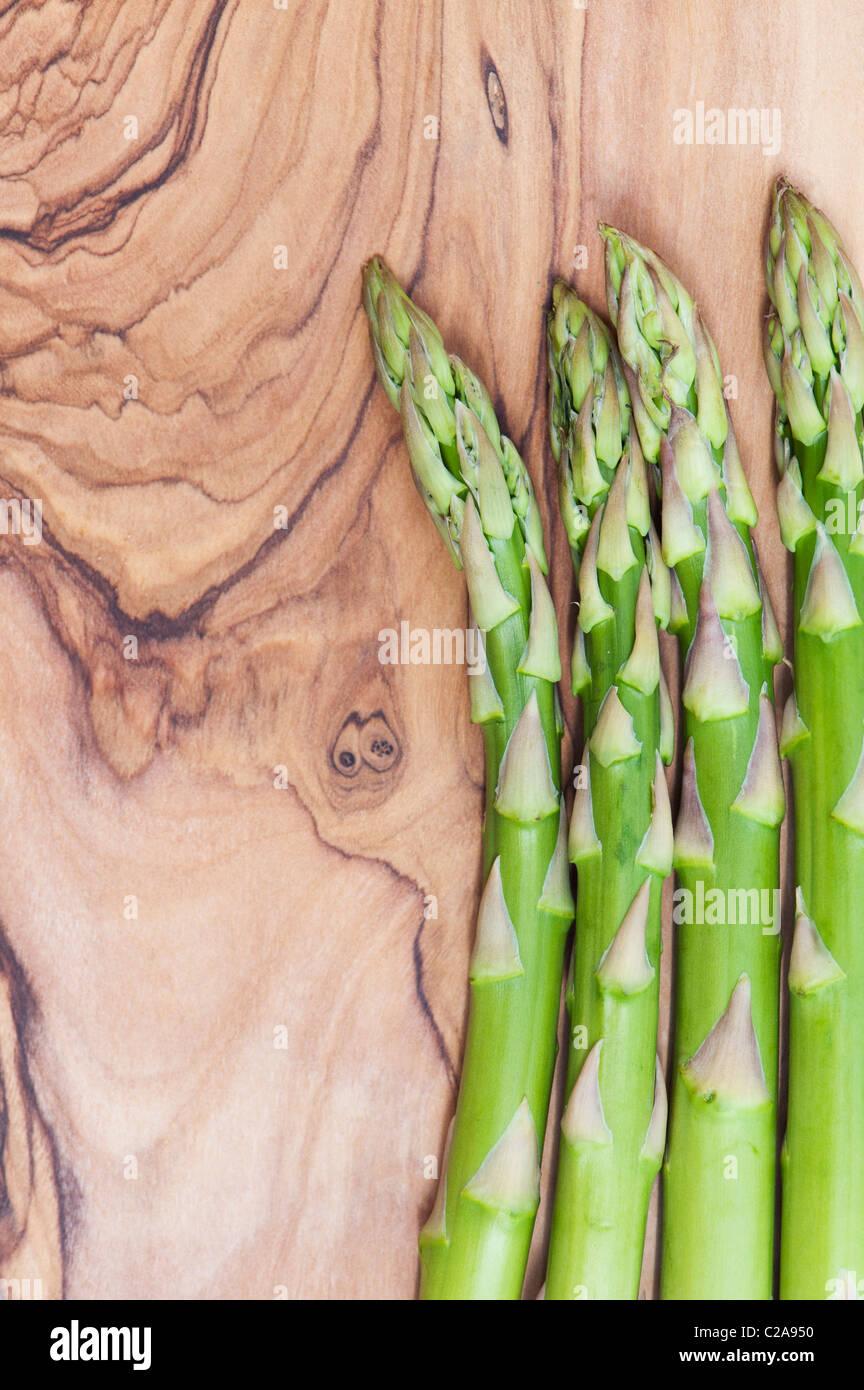 Spargelstangen auf einem Oliven Holz Brett Stockbild